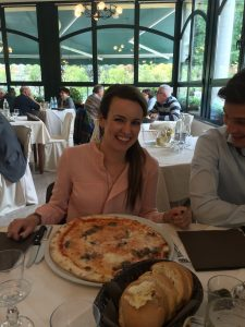 klein meisje...grote pizza