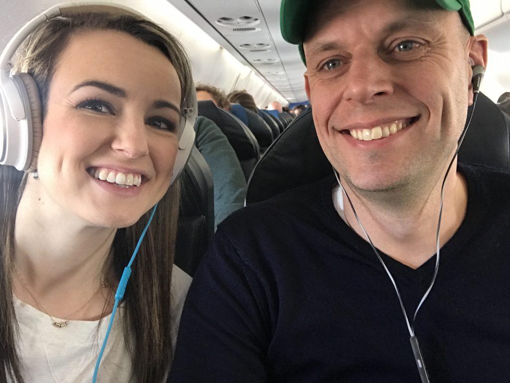 Blij ei #1 en blij ei #2 in het vliegtuig